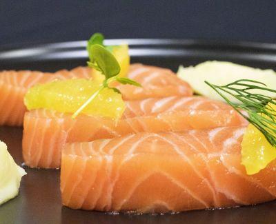 Photo menu Entrée froide : Saumon mariné aux agrumes, mousse de carotte blanche et coulis d'avocat