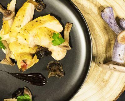 Photo menu Suprême de patte jaune laqué au sirop de liège, mousse de panais et champignons sauvages