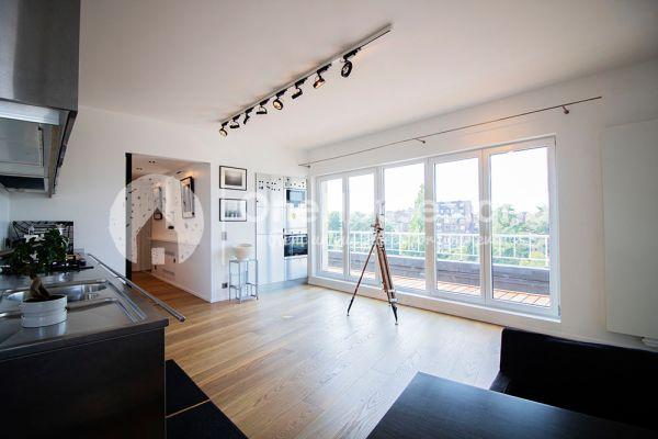 Photo d'une salle à louer à Elsene, Bruxelles, Dans le penthouse de Julien 12428