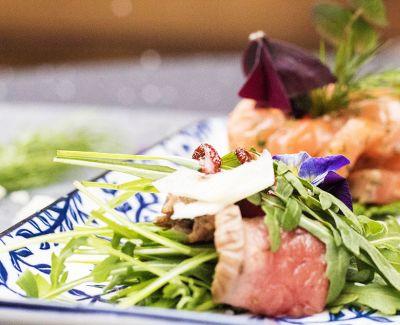 Photo menu Salade de roastbeef, basilic, copeaux de parmesan & vinaigre balsamique de Modena