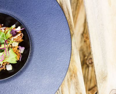 Photo menu Salade de Pastèques et Concombres, Oignons Rouges au Citron Vert, Graines Fumées