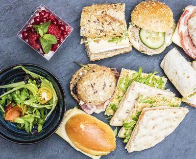 Photo menu 5 mini sandwiches, une salade de jeunes pousses et crudités
